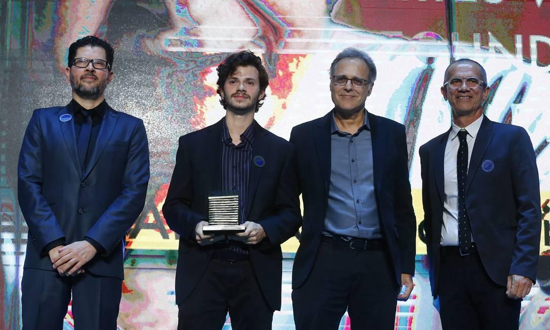 Abraham Palatnik foi premiado na categoria Segundo Caderno/Artes Visuais. Seu neto, Vitor Palatnik, recebeu o prêmio pelas mãos do editor-executivo Chico Amaral e do editor de Arte Rubens Ângelo de Paiva Foto: Pablo Jacob / Agência O Globo