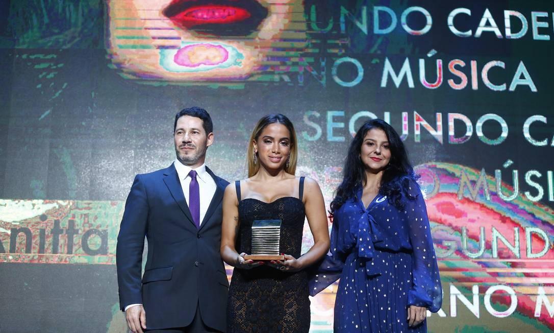 Anitta recebe o Prêmio Faz Diferença das mãos de Fátima Sá, editora de Cultura, e de Rolland Gianotti, editor do site do GLOBO Foto: Pablo Jacob / Agência O Globo