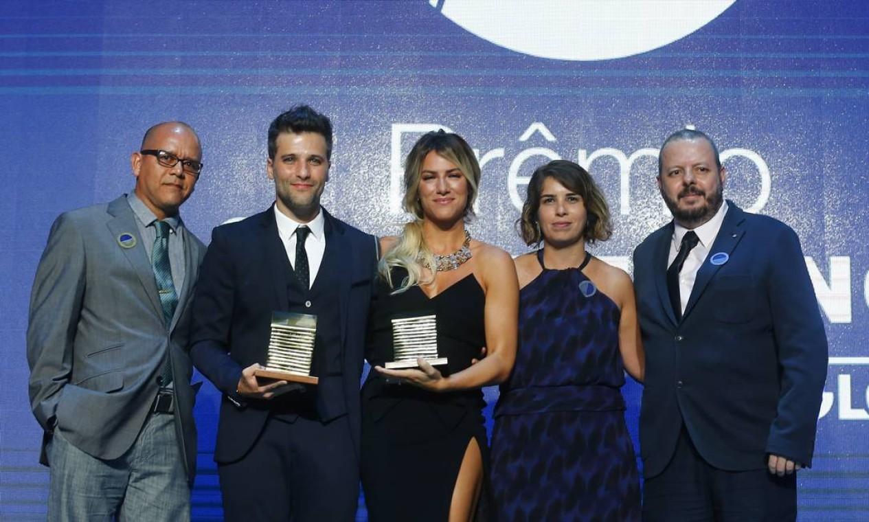 Bruno Gagliasso e Giovanna Ewbank recebem o prêmio ao lado da editora-executiva Vivianne Cohen, do editor dos Jornais de Bairros, Milton Calmon Filho, e do editor de mídias sociais, Sérgio Maggi Foto: Pablo Jacob / Agência O Globo