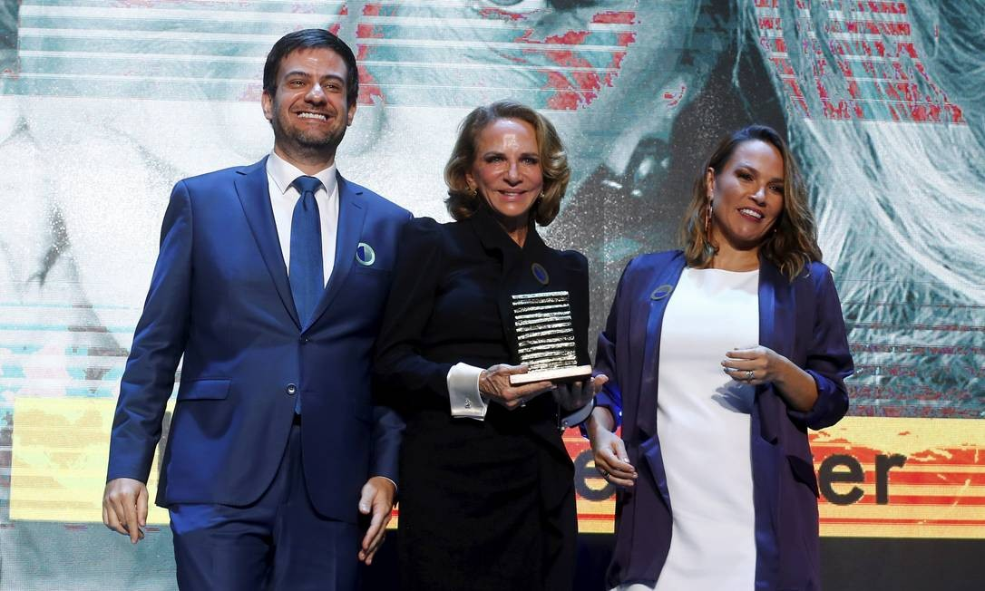 A estilista Lenny Niemeyer recebe o prêmio Faz Diferença, ao lado de Bruno Astuto, editor-chefe da plataforma Ela, e da colunista Marina Caruso Foto: Pablo Jacob / Agência O Globo