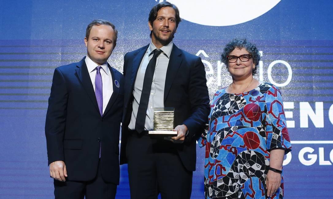 O ator Vladimir Brichta recebe o prêmio na categoria Cinema, ao lado da colunista Cora Rónai e do editor de fotografia, André Sarmento Foto: Pablo Jacob / Agência O Globo