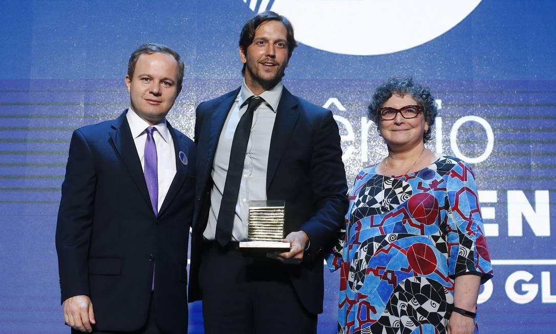 O ator Vladimir Brichta entre o editor de fotografia, André Sarmento, e a colunista Cora Rónai Foto: Pablo Jacob / Agência O Globo