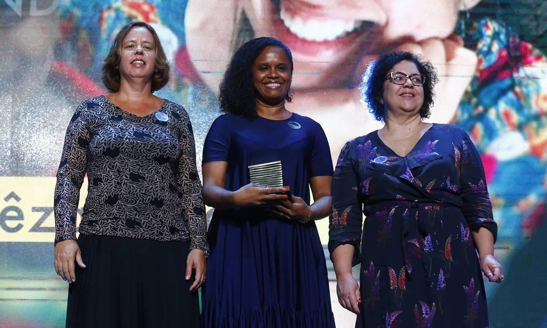 Vanessa Cardoso, diretora de Recursos Humanos da ONG Médicos Sem Fronteiras, recebe em nome da parteira Andrêza Trajano o prêmio na categoria Mundo, pelas mãos da editora-executiva Fernanda Godoy e da editora de Mundo e Sociedade, Cláudia Antunes Foto: Pablo Jacob / Agência O Globo