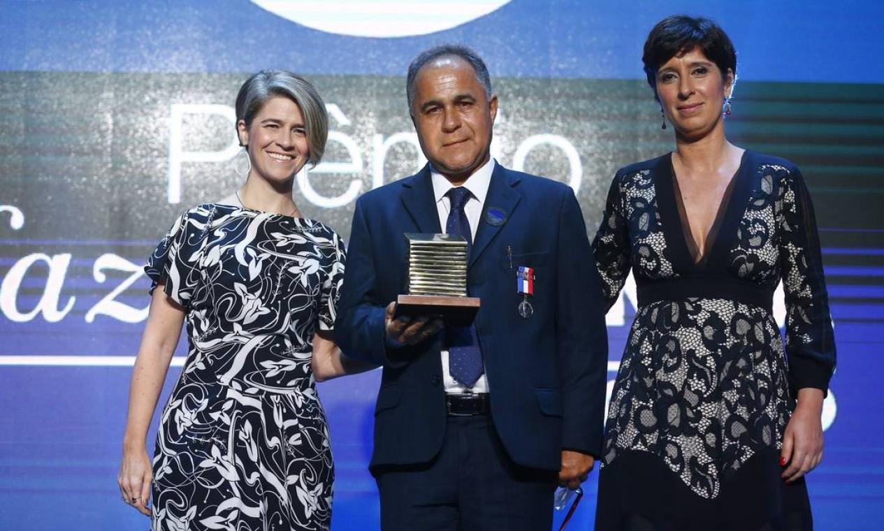Roberto de Oliveira Ferreira recebe o prêmio na categoria Rio pelas mãos da editora-executiva Maria Fernanda Delmas e da editora de Rio, Gabriela Goulart Foto: Pablo Jacob / Agência O Globo