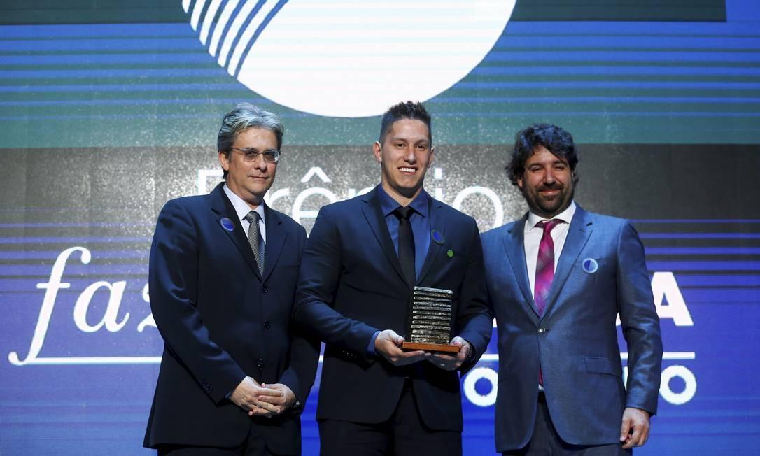 O ex-goleiro da Chapecoense, Jackson Follmann, recebe o prêmio na categoria Esportes pelas mãos do editor-executivo Alexandre Freeland e do editor de Esportes, Márvio dos Anjos Foto: Pablo Jacob / Agência O Globo