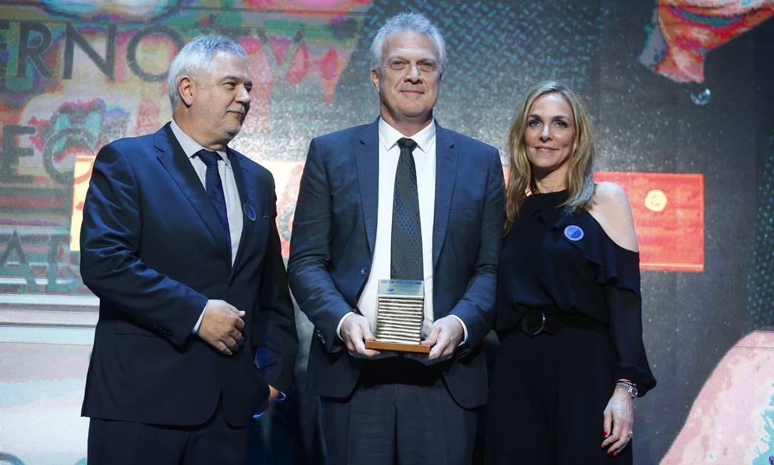 O jornalista Pedro Bial recebe o prêmio na categoria Segundo Caderno/TV dos colunistas Patrícia Kogut e Ascânio Seleme Foto: Pablo Jacob / Agência O Globo