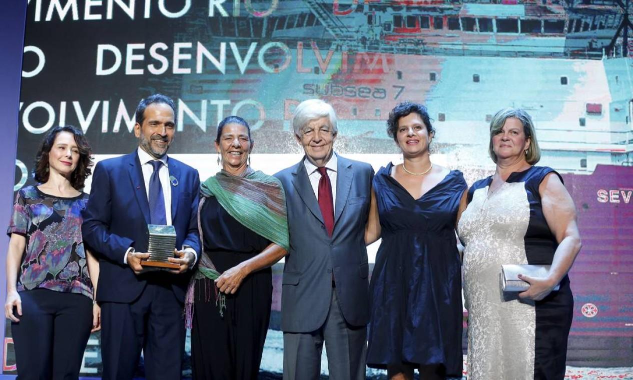 A colunista Lydia Medeiros entrega o prêmio na categoria Desenvolvimento do Rio para representantes da empresa Subsea 7 Foto: Pablo Jacob / Agência O Globo