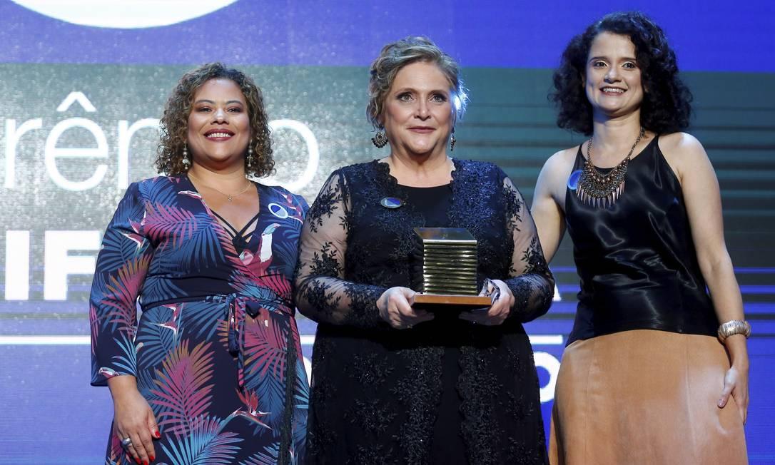 Fernanda Giannasi recebe o prêmio na categoria Economia, ao lado da editora executiva Flávia Barbosa e da editora de Economia, Luciana Rodrigues Foto: Pablo Jacob / Agência O Globo
