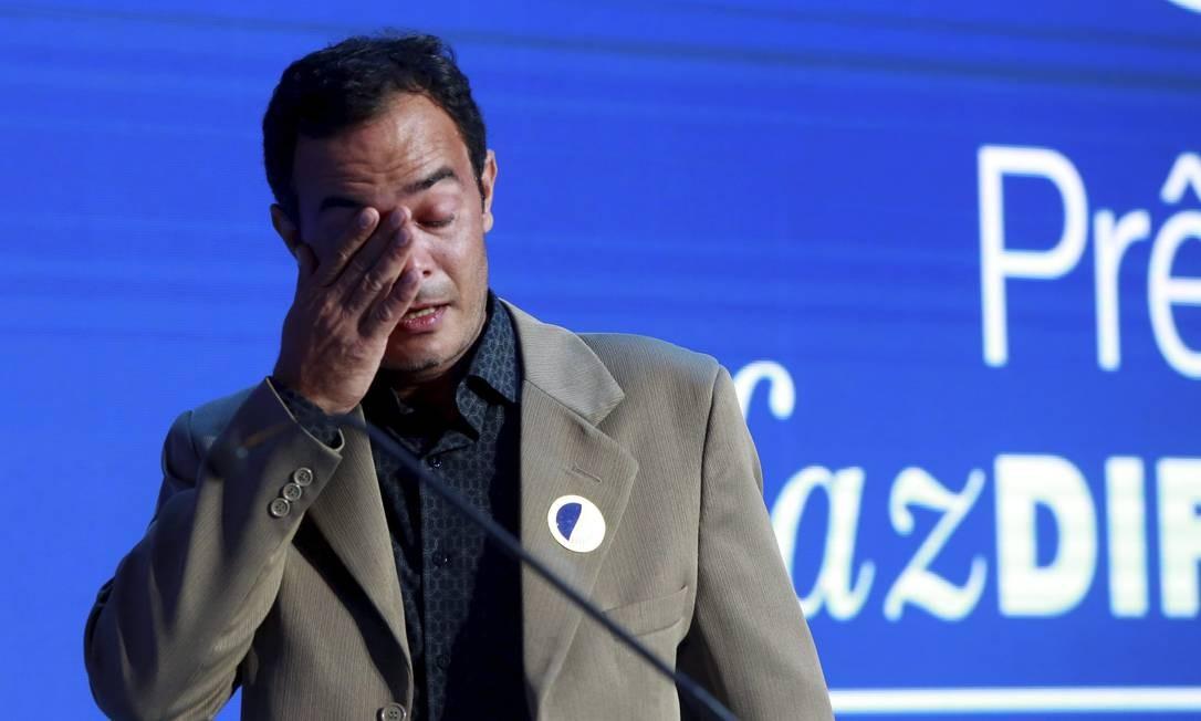 Bastante emocionado, Marcôney de Abreu, irmão da professora Heley Batista, morta em incêndio em creche de Janaúba (MG), recebeu o Prêmio Faz Diferença - País Foto: Marcos Ramos / Agência O Globo