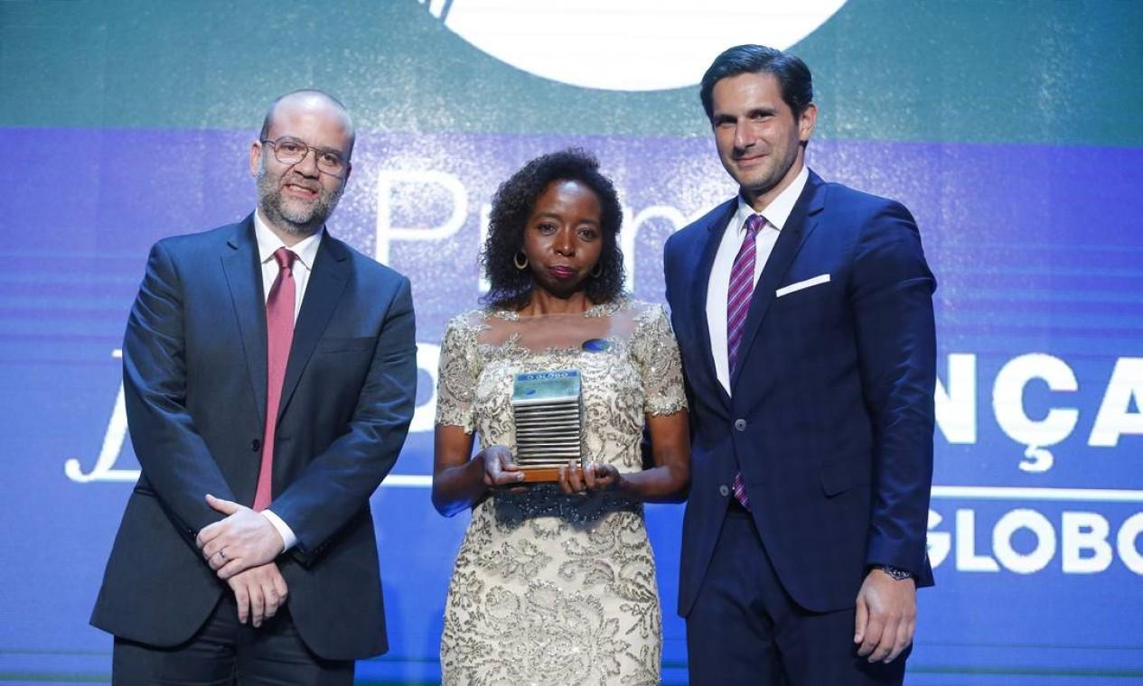 A pesquisadora Joana D'Arc Félix recebeu o prêmio de Personalidade do Ano, ao lado do diretor-geral de mídia impressa do Grupo Globo, Fred Kachar, e do diretor de redação do GLOBO, Alan Gripp Foto: Pablo Jacob / Agência O Globo