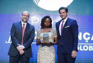 A pesquisadora Joana D'Arc Félix recebeu o prêmio de Personalidade do Ano ao lado do diretor-geral de mídia impressa do Grupo Globo, Fred Kachar, e do diretor de redação do GLOBO, Alan Gripp Foto: Pablo Jacob / Agência O Globo
