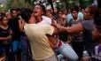 Parente de detendo de prisão de Valência, na Venezuela, reage do lado de fora da prisão em que houve um incêndio