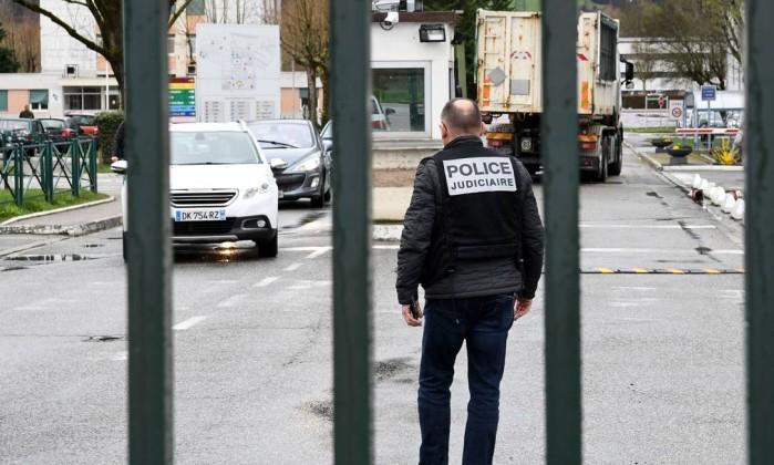 Homem tenta atropelar grupo de militares na França
