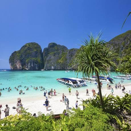 Maya Bay, cenário do filme 'A praia' será interditada por quatro meses Foto: Rajavi Omanee / AP