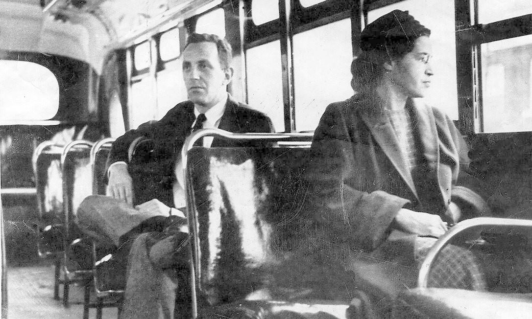 Em 1º de dezembro de 1955, em Montgomery, no Alabama, Rosa Parks se recusou a ceder seu lugar a um homem branco: a costureira foi presa por desobedecer às leis de distinção racial, e a repercussão do caso deu origem a um boicote aos ônibus coordenado pelo reverendo Martin Luther King (1929-1968) com 381 dias de protestos Foto: AP