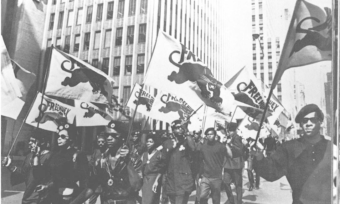Manifestação dos Panteras Negras pelas ruas de Oaklana, nos EUA, nos anos 1960. O movimento era fortemente inspirado em Malcolm X, que defendia a separação das raças, a independência econômica e a criação de um Estado autônomo para os negros Foto: THE HULTON GETTY PICTURE COLLECTION