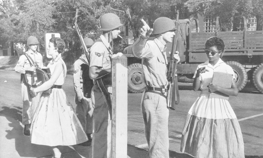 O presidente Dwight Eisenhower, chefe da Casa Branca em 1957, determinou que tropas militares protegessem os estudantes de Little Rock. Eram seis mulheres e três homens entre quase 2 mil alunos brancos num estado altamente conservador e racista Foto: UP
