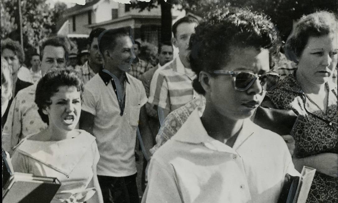 Em 1957, a Suprema Corte dos EUA decidiu que as escolas americanas não podiam segregar alunos. No estado de Arkansas, a capital Little Rock escolheu nove estudantes negros para estudar numa escola de brancos. Eles foram hostilizados, e Elisabeth Eckford, uma das novas alunas, quase foi linchada pela multidão. No dia 25 de setembro, eles conseguiram de fato chegar às salas de aula, escoltados por guarda-costas, pela primeira vez. Foto: Divulgação