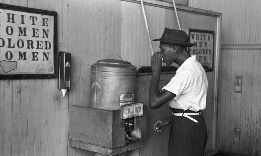 Em 1939, um homem toma água num bebedouro apenas para negros em Oklahoma, nos EUA; segregação racial se aplicava a todos os aspectos da vida cotidiana Foto: Russell Lee/Domínio Público