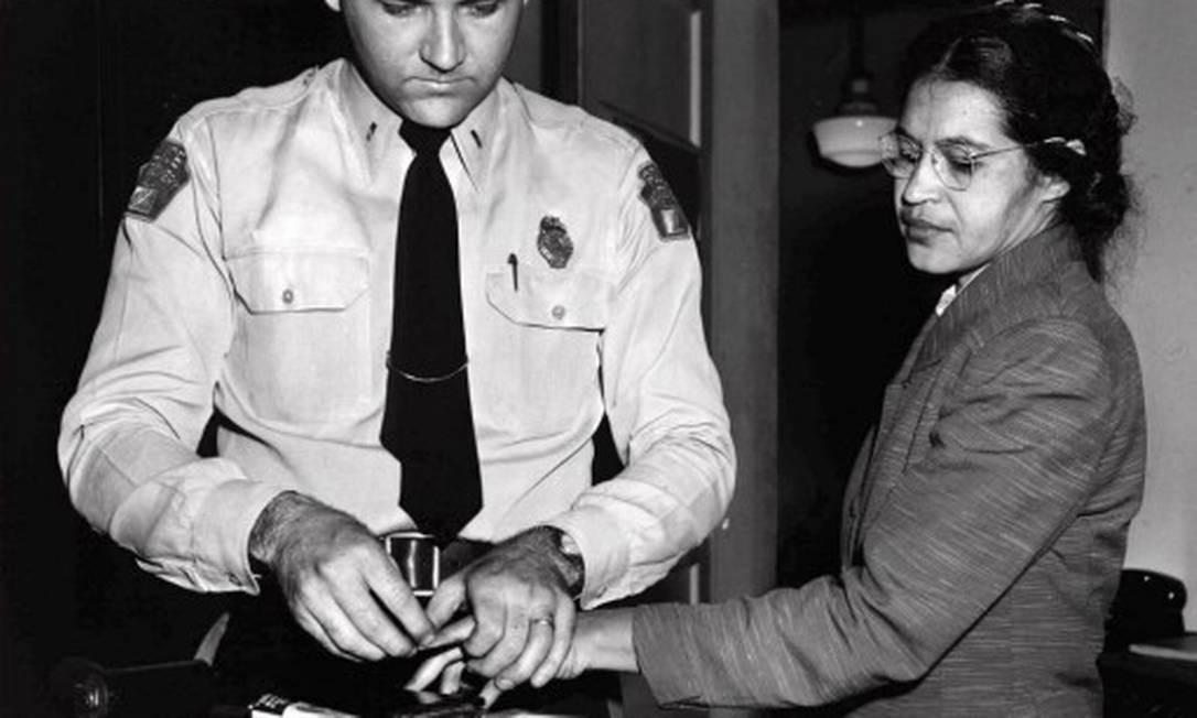 Rosa Parks tem suas digitais registradas por xerife de Montgomery. Ela foi uma entre cerca de 100 pessoas que receberam acusações por violar as leis de segregação. Parks morreu em 2005, aos 92 anos Foto: Gene Herrick / AP