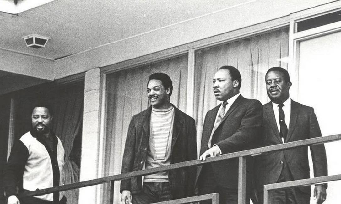 Em 3 de abril de 1968, um dia antes de ser assassinado, Luther King aparece em varanda do Lorraine Motel (hoje Museu Nacional dos Direitos Civis), em Memphis, onde discutia estratégias para novo protesto. À sua esquerda, Jesse Jackson. Luther King seria alvejado no dia seguinte por James Earl Ray, que recebeu sentença de 99 anos de regime fechado Foto: AP