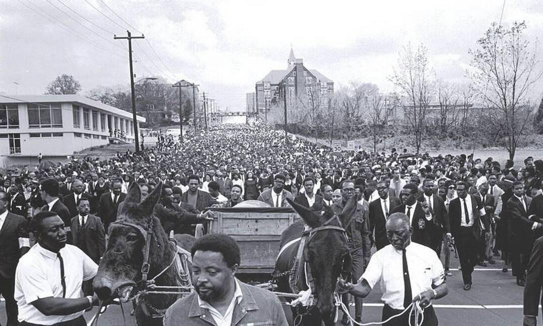 Corpo de Martin Luther King é levado a Atlanta, em vagão puxado por mulas. A multidão acompanha cortejo fúnebre do reverendo que marcou a História dos EUA Foto: AFP