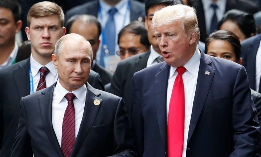 Em novembro de 2017, presidente russo, Vladimir Putin, e seu homólogo americano, Donald Trump, caminham lado a lado no Vietnã Foto: JORGE SILVA / AFP
