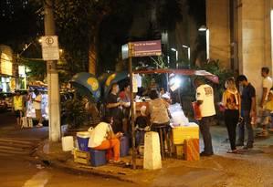 No Centro, ambulante oferece diversos itens, o que pode ser proibido Foto: Fábio Guimarães / Agência O Globo