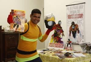 Coleção. Ruan Victor exibe as produções que tem do seu super-herói Bombeiro Mascarado Foto: Fábio Guimarães / Agência O Globo