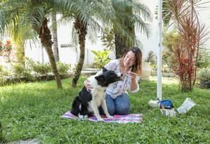 Para acalmar. Mariana Blanco, do grupo de veterinária holística VetChi, dá floral para Oli Foto: eduardouzal / Eduardo Uzal