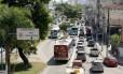 A pista sentido RJ-104 da Alameda São Boaventura onde funciona o corredor para ônibus: sistema permitirá a passageiros monitorar o transporte coletivo