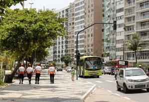 Agentes do Niterói Presente na orla de Icaraí: programa chegará à Alameda São Boaventura este mês Foto: Brenno Carvalho/16-01-2018 / Agência O Globo