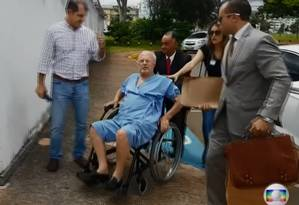 Maluf é transportado até aeroporto, em Brasília, em cadeira de rodas Foto: Reprodução/TV Globo