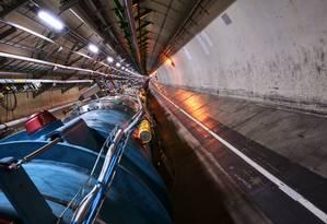 Vista do túnel de 27 km de circunferência do LHC, por onde passam os feixes de partículas, antes do equipamento começar a ser religado no início deste mês Foto: Cern