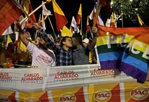 Disputa acirrada. Apoiadores de Carlos Alvarado em manifestação: candidato apoia publicamente o casamento gay Foto: Arnulfo Franco / AP/27-3-2018