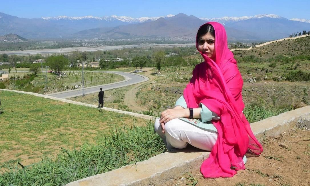 Malala posa para foto na sua primeira visita ao vale do Swat, sua região natal, desde que sofreu atentado talibã em 2012 Foto: ABDUL MAJEED / AFP