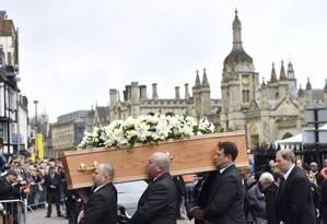 Caixão com o corpo de Stephen Hawking é carregado na frente de multidão que se reuniu para homenagear astrofísico Foto: Joe Giddens / AP