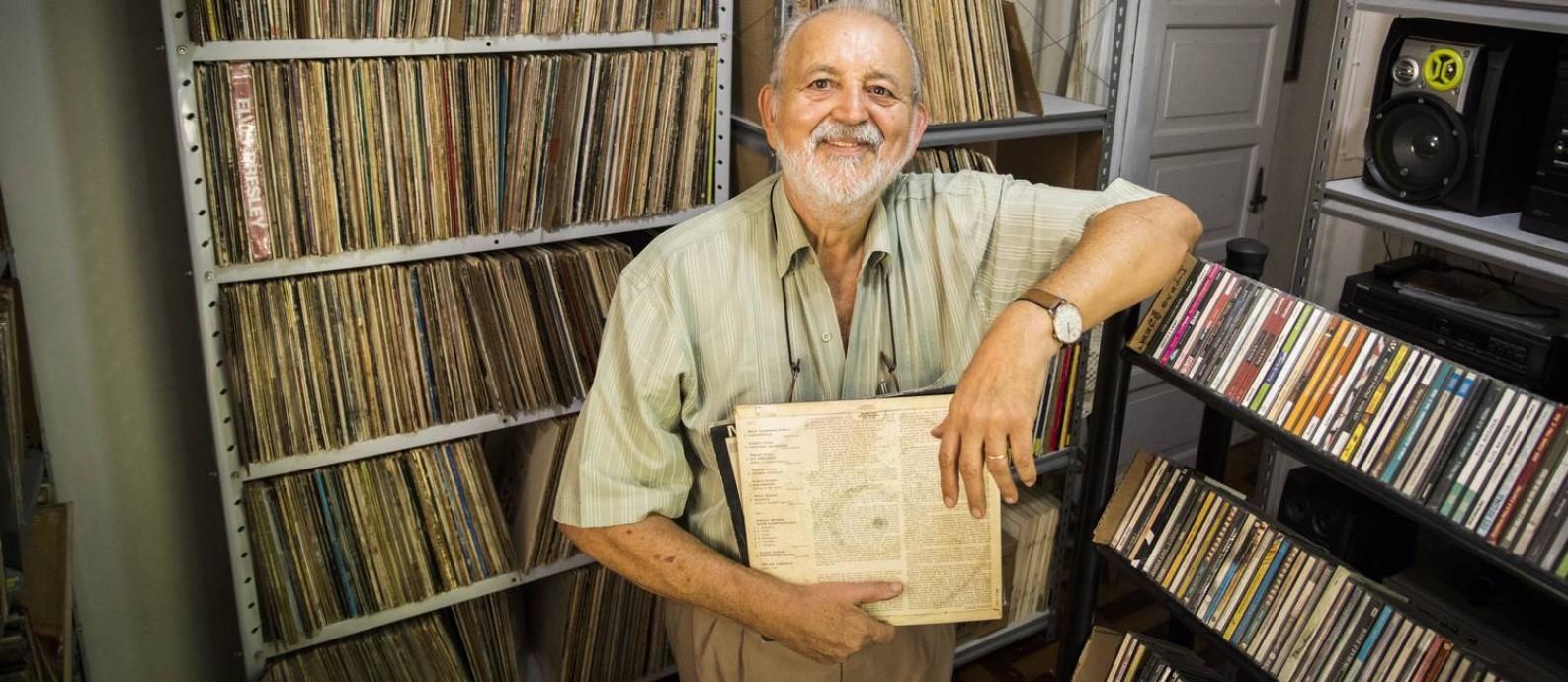 Pedro Passos e o acervo, aberto para aficionados, que mantém em uma casa no Humaitá Foto: Bárbara Lopes /Agência O Globo