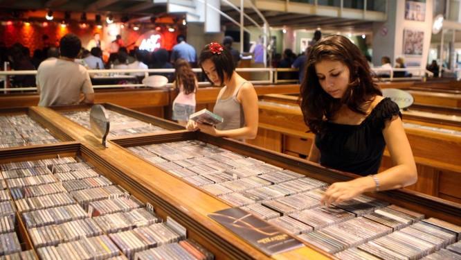 Clientes na Modern Sound em 2008: especialidade eram os discos importados Foto: Marcelo Carnaval / Agência O Globo