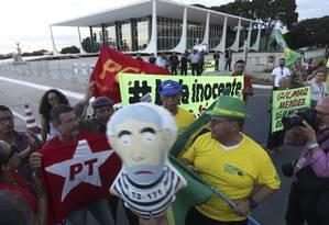 Manifestantes pró e contra Lula na frente do STF Foto: Ailton de Freitas / Agência O Globo 20/3/2018