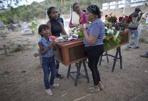 Parentes enterraram vítimas coletivamente na sexta-feira Foto: Ariana Cubillos / AP