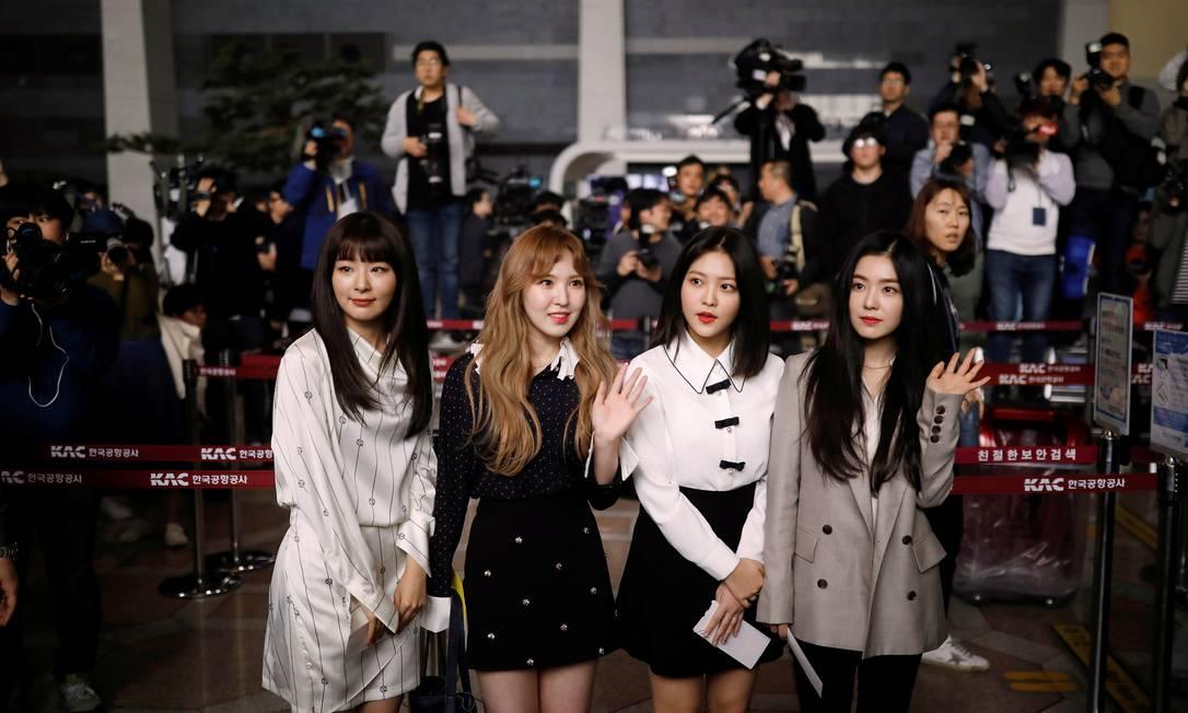 Integrantes do grupo de K-pop Red Velvet embarcam em diração a Pyongyang, do aeroporto Gimpo, em Seoul Foto: KIM HONG-JI / REUTERS