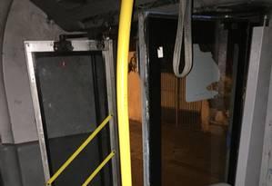 Porta de BRT que foi quebrada por vândalos Foto: Divulgação