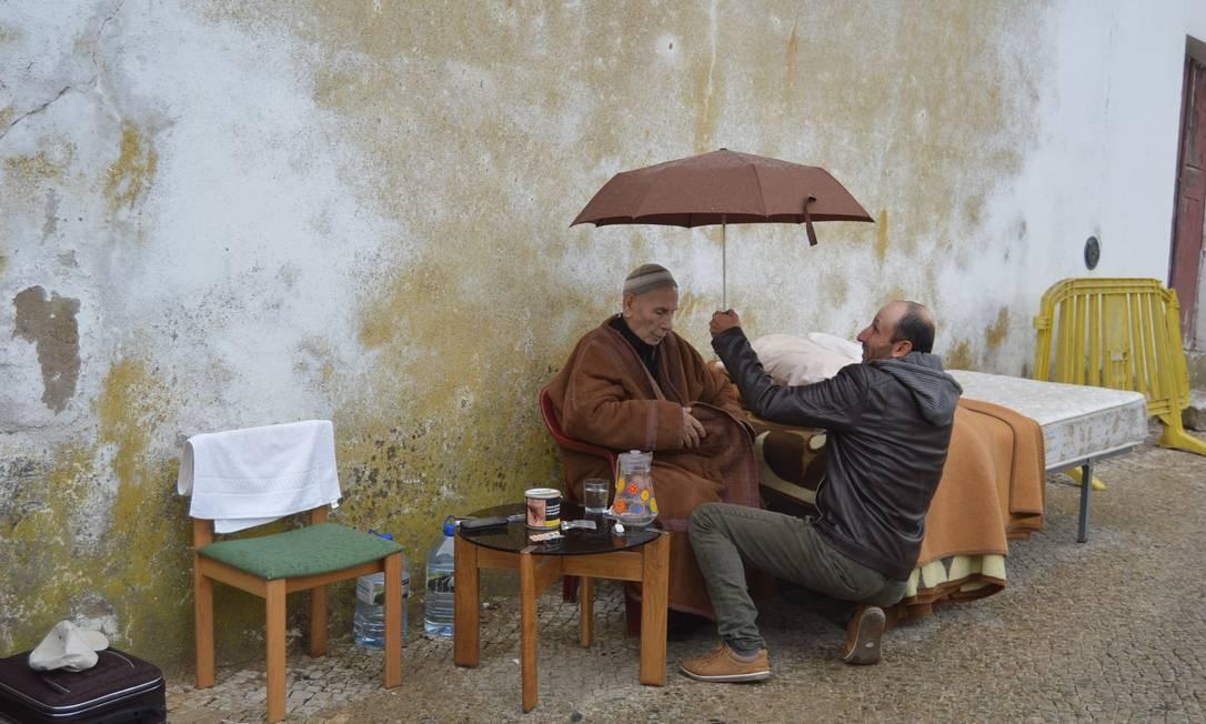 O sírio Taman Alnajjar e seu pai, Adnan Alnajjar, foram morar em uma rua de Beja em protesto contra a falta de emprego e regularização Foto: Teixeira Correia/ Lidador Notícias