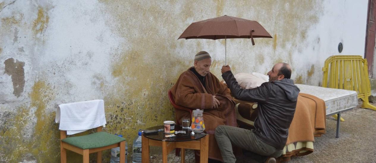 O sírio Taman Alnajjar e seu pai, Adnan Alnajjar, foram morar em uma rua de Beja em protesto contra a falta de emprego e regularização Foto: Teixeira Correia/ Lidador Notícias / Teixeira Correia/ Lidador Notícias