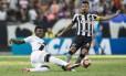 Paulão divide com Lindoso: zagueiro do Vasco falhou no primeiro gol do Botafogo Foto: Guito Moreto / Agência O Globo