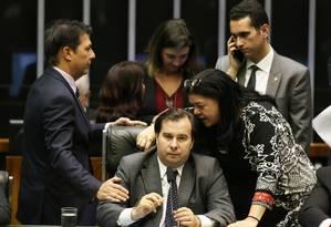 Laura Carneiro conversa com Rodrigo Maia: presidente da Câmara articulou ida da deputada para o DEM Foto: Ailton de Freitas / Agência O Globo