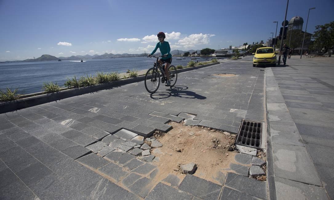 O calçamento ao longo do passeio público tem placas soltas e buracos: falta de manutenção pode provocar acidentes no Boulevard Olímpico Foto: Márcia Foletto / Agência O Globo