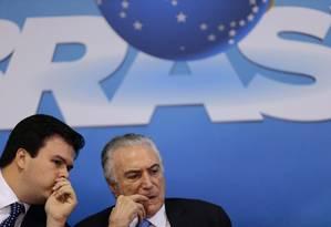 Ministro de Minas e Energia, Fernando Coelho Filho conversa com Temer em cerimônia: um dos que sairá para disputar eleição Foto: Jorge William / Agência O Globo