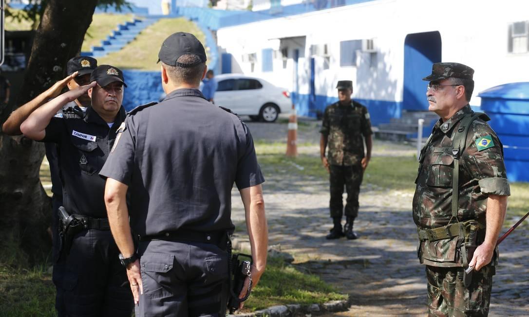 O general Mauro Sinott é recebido pelo comandante do 14º BPM, coronel Amaral durante a vistoria em 14/03/2018 Foto: Pablo Jacob / Agência O Globo